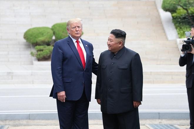 Ιστορική συνάντηση και χειραψία Τραμπ – Κιμ Γιονγκ Ουν στα κορεατικά σύνορα (Φωτογραφίες και Βίντεο)