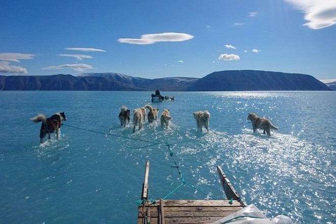 Μια φωτογραφία που προκαλεί ανησυχία για το λιώσιμο των πάγων στη Γροιλανδία