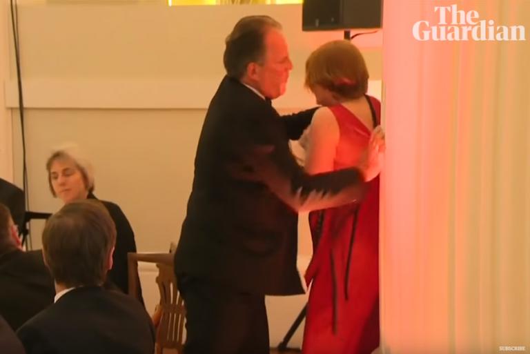 Σε διαθεσιμότητα ο Βρετανός υφυπουργός Εξωτερικών μετά από επίθεση σε ακτιβίστρια της Greenpeace (βίντεο)