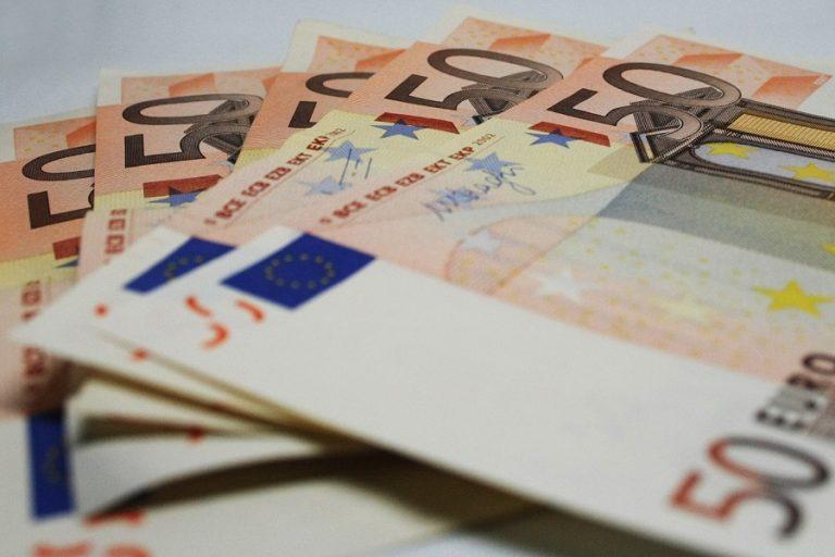 Η ΕΕ αφαιρεί τα Ηνωμένα Αραβικά Εμιράτα και την Ελβετία από τις λίστες με τους φορολογικούς παραδείσους