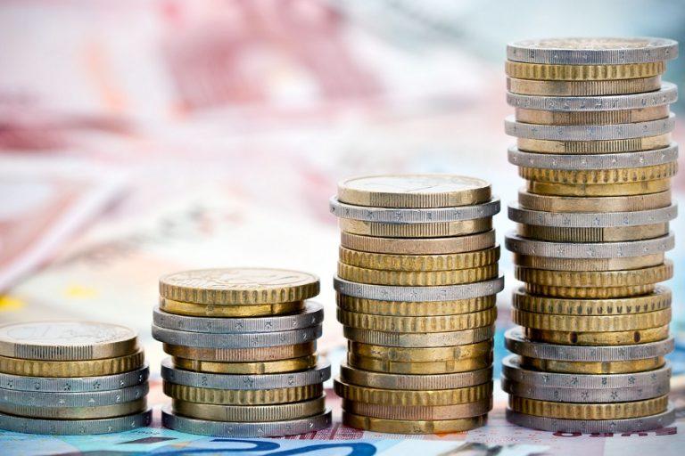 «Αυστηρό» μήνυμα Κομισιόν για τα πρωτογενή πλεονάσματα: Πώς μπορεί να εκτοξευτεί το χρέος