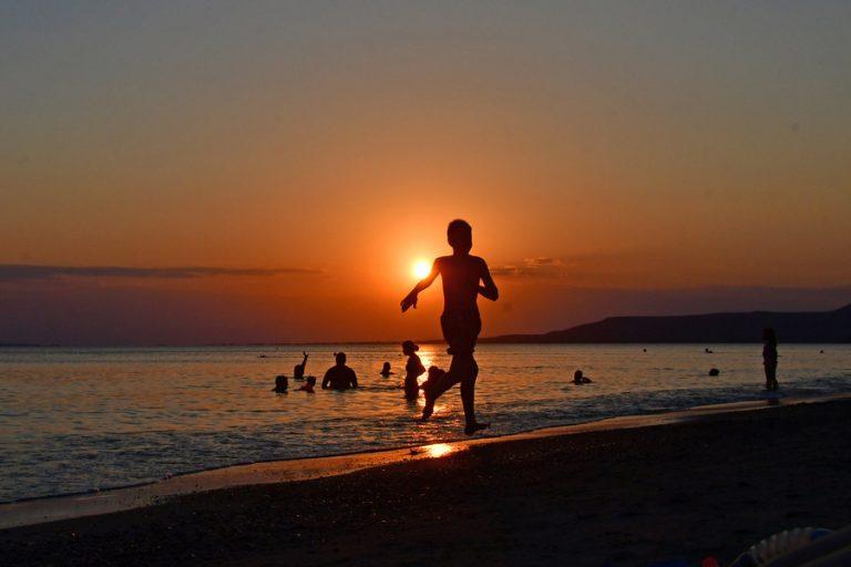 Πώς θα διαμορφωθεί το σκηνικό του τουρισμού στην Ελλάδα: Το υγειονομικό διαβατήριο και τα μπάνια