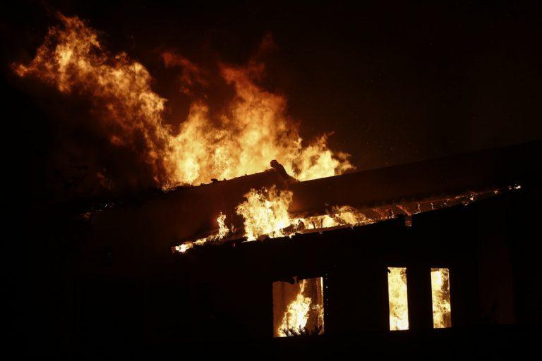Συνεχείς αναζωπυρώσεις της φωτιάς στη Βαρυμπόμπη- Εκκενώθηκαν οικισμοί