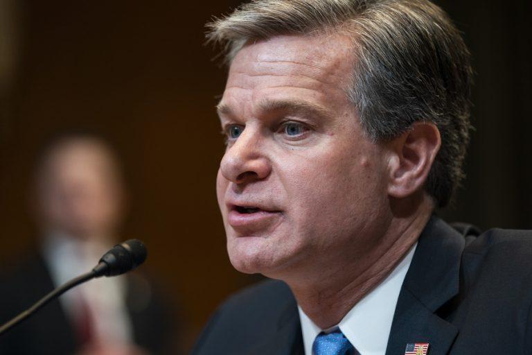 Η Ρωσία «είναι αποφασισμένη να παρέμβει στις αμερικανικές εκλογές» δηλώνει το αφεντικό του FBI