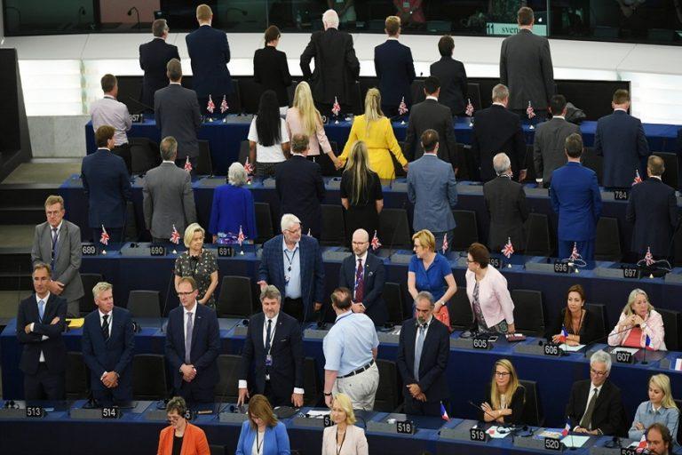 Οι «Ευρωβουλευτές» του κόμματος του Brexit γύρισαν την πλάτη τους στον ευρωπαϊκό ύμνο (Βίντεο)