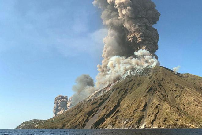 «Ξύπνησε» το ηφαίστειο του Στρόμπολι στην Ιταλία (Φωτογραφίες)