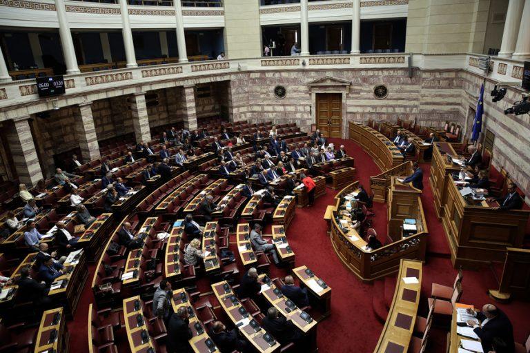 Yπερψηφίστηκαν εν μέσω αντιδράσεων το νομοσχέδιο για τα διπλώματα οδήγησης και η τροπολογία για την ΕΥΠ