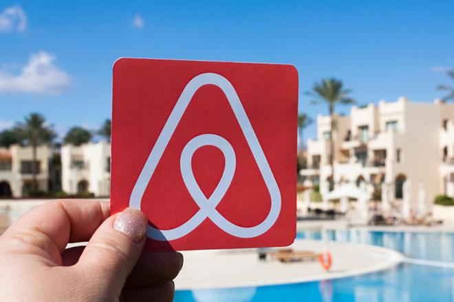 Η Airbnb απολύει προσωπικό ενώ συγκεντρώνει, παράλληλα, χρήματα από επενδυτές