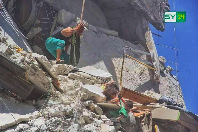 Η φρίκη του πολέμου: Συγκλονίζει η φωτογραφία από το Ιντλίμπ της Συρίας που κάνει τον γύρο του κόσμου