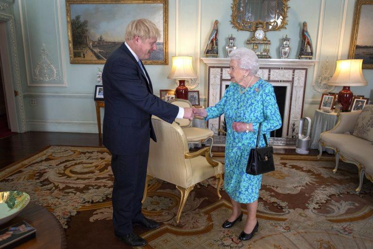 Στη Βασίλισσα ο Τζόνσον για να λάβει εντολή σχηματισμού κυβέρνησης
