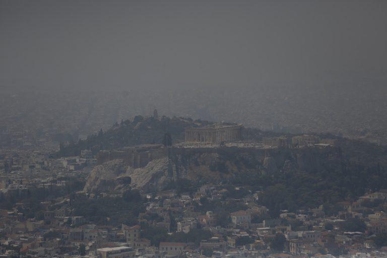 Μειωμένος ο καπνός στην Αθήνα από την πυρκαγιά της Εύβοιας