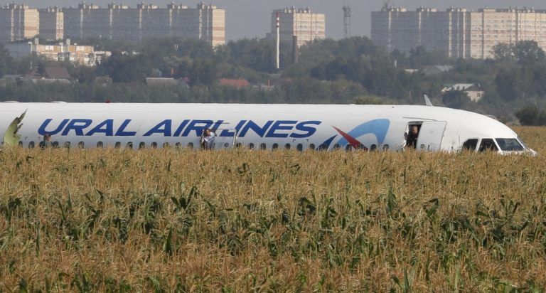 Ρωσία: Αναγκαστική προσγείωση σε χωράφι με καλαμπόκια – Σώθηκαν οι ζωές 233 επιβατών (φωτογραφίες)