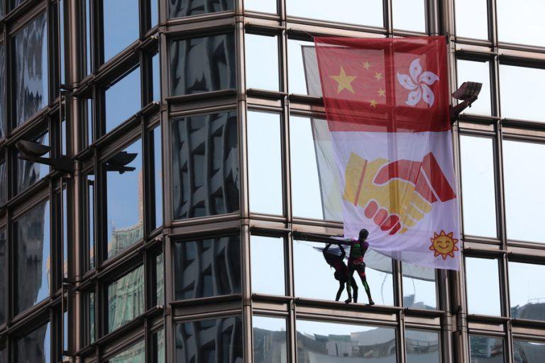 Ο Γάλλος «Spiderman» αναρριχήθηκε σε ουρανοξύστη του Χονγκ Κονγκ για να αναρτήσει «πανό για την ειρήνη»