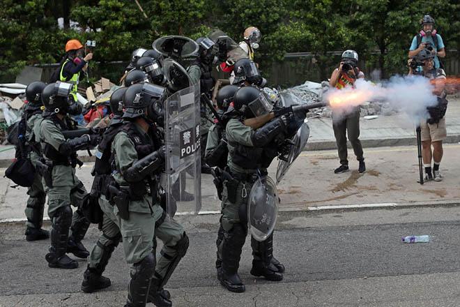 Δακρυγόνα επιστράτευσε η αστυνομία του Χονγκ Κονγκ κατά των διαδηλωτών