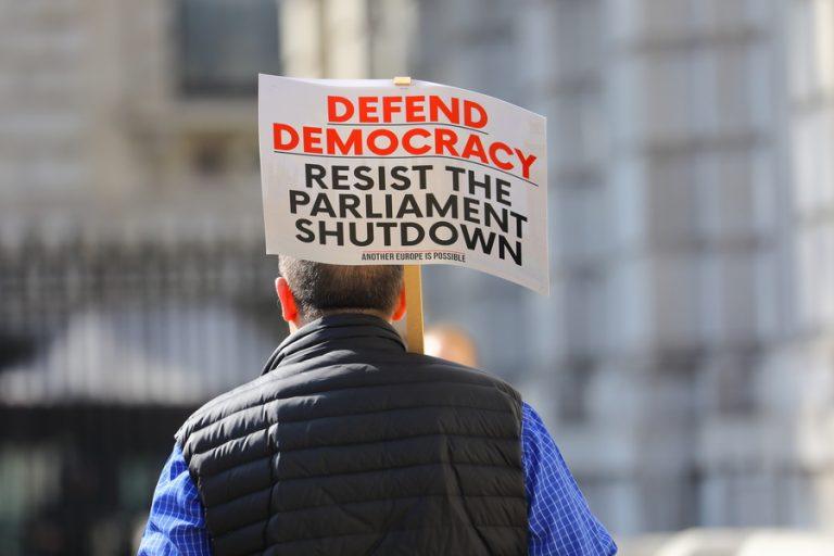 Στους δρόμους χιλιάδες Βρετανοί κατά του «πραξικοπήματος» του Μπόρις Τζόνσον