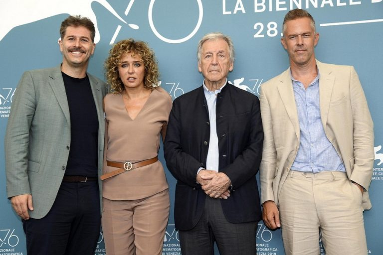 Προβλήθηκε στο φεστιβάλ Βενετίας η ταινία του Κώστα Γαβρά «Ενήλικοι στο δωμάτιο»