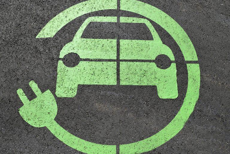 Το όνειρο της ηλεκτροκίνησης: Δρόμοι που θα φορτίζουν τα αυτοκίνητα
