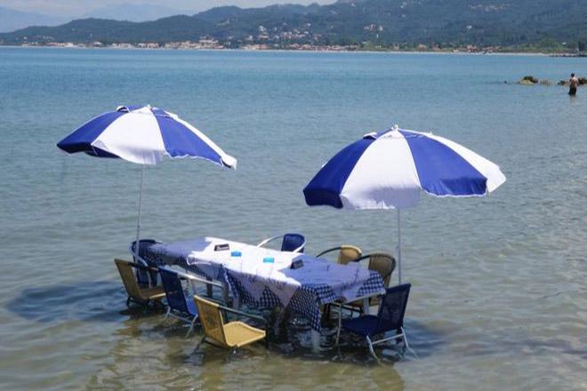 Απίστευτο στην Κέρκυρα: Μία ταβέρνα κυριολεκτικά μέσα στη θάλασσα