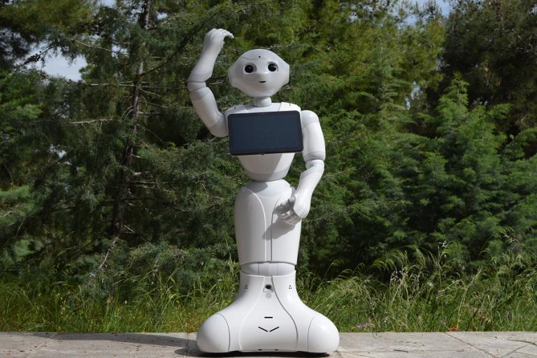 Πώς το Ινστιτούτο «Δημόκριτος» θα κάνει τα δύο ρομπότ Pepper του αεροδρομίου πιο ομιλητικά