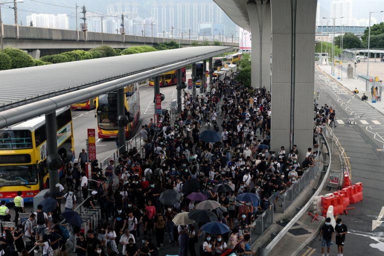 Χονγκ Κονγκ: Νέες βίαιες συγκρούσεις μεταξύ αστυνομίας και διαδηλωτών (Φωτογραφίες)