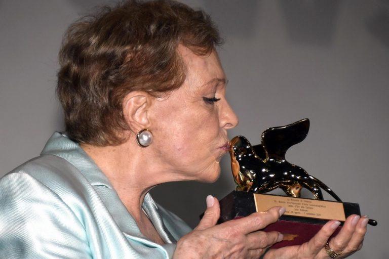 Η Τζούλι Άντριους τιμήθηκε με τον Χρυσό Λέοντα για το σύνολο της καριέρας της