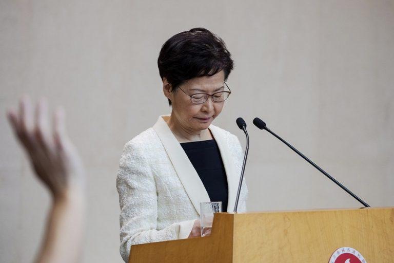 FT: Το Πεκίνο θέλει να αντικαταστήσει την επικεφαλής της κυβέρνησης του Χονγκ Κονγκ