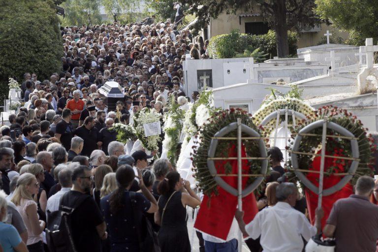 Συγκίνηση για το τελευταίο «αντίο» στον Λαυρέντη Μαχαιρίτσα