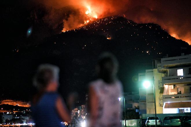 Ολονύχτια μάχη με τις φλόγες στο Λουτράκι – Ενισχύονται οι πυροσβεστικές δυνάμεις