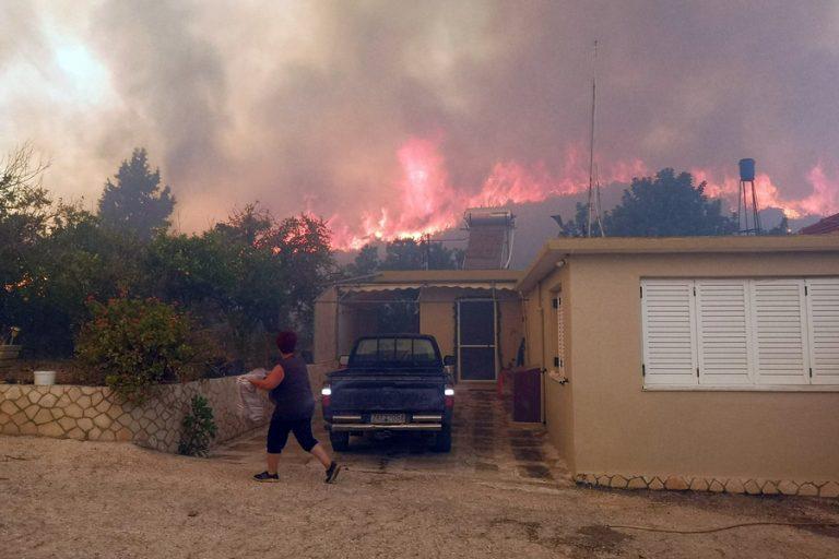 Ανεξέλεγκτη η πυρκαγιά στην Ζάκυνθο – Δύσκολη η νύχτα για τους κατοίκους του νησιού – Μαίνεται η φωτιά και στο Λουτράκι