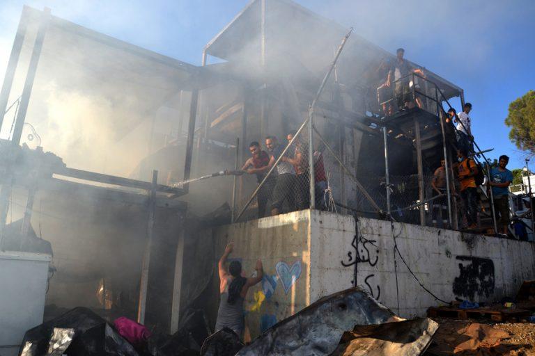 Κομισιόν: «Τραγικό γεγονός» η πυρκαγιά στη Μόρια