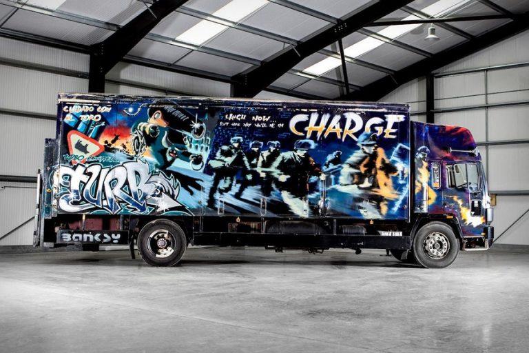 Δημοπρατείται έργο του Banksy από το 2000 πάνω σε ένα… Volvo