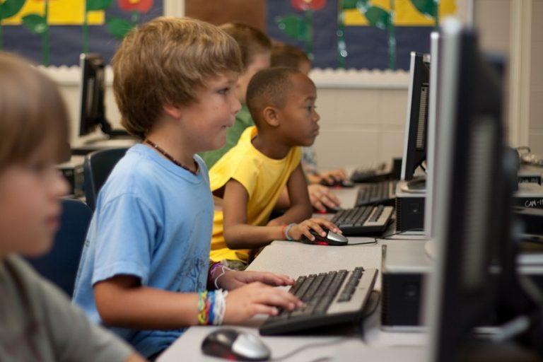 Ανήσυχοι είναι οκτώ στους δέκα γονείς σχετικά με την ασφάλεια των παιδιών τους στο διαδίκτυο