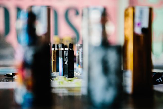 Οι μεγάλες καπνοβιομηχανίες λαμβάνουν τα μέτρα τους καθώς πληθαίνουν οι ανησυχίες γύρω από τους κινδύνους του ατμίσματος