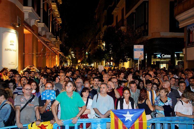 Βίαιες συγκρούσεις στη Βαρκελώνη μετά την καταδίκη των αυτονομιστών (Φωτογραφίες)