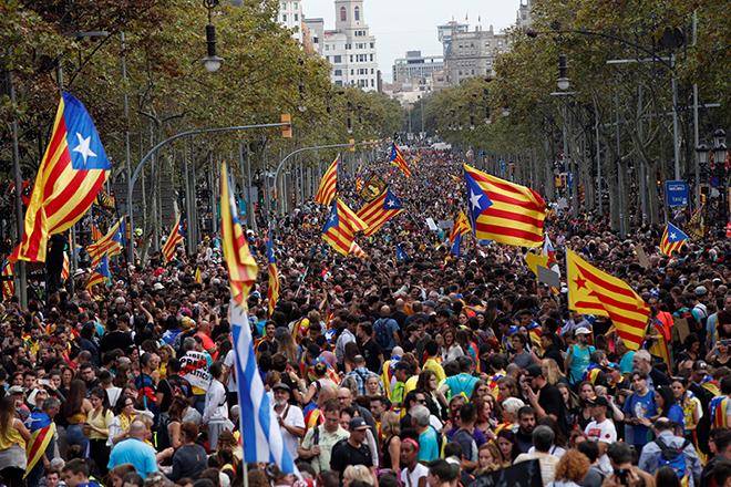 Μαζικές αντικυβερνητικές διαδηλώσεις και συγκρούσεις με την αστυνομία στη Βαρκελώνη