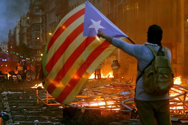 Σε κλοιό διαδηλώσεων η Βαρκελώνη – 182 τραυματίες στη διάρκεια των πολυήμερων συγκρούσεων