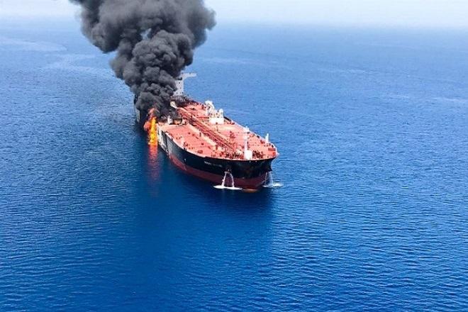 Άλμα 2% για το πετρέλαιο έφερε η επίθεση σε ιρανικό τάνκερ