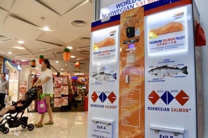 Στη Σιγκαπούρη εγκαταστάθηκε το πρώτο ATM… σολομού στον κόσμο