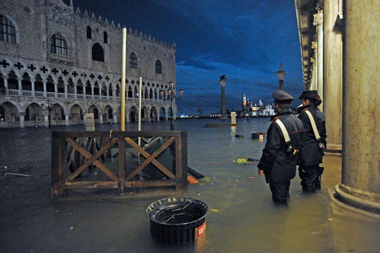«Πνίγεται» η Βενετία»: Η νύχτα της καταστροφής – Φωτογραφίες από τη χειρότερη πλημμυρίδα εδώ και 50 χρόνια