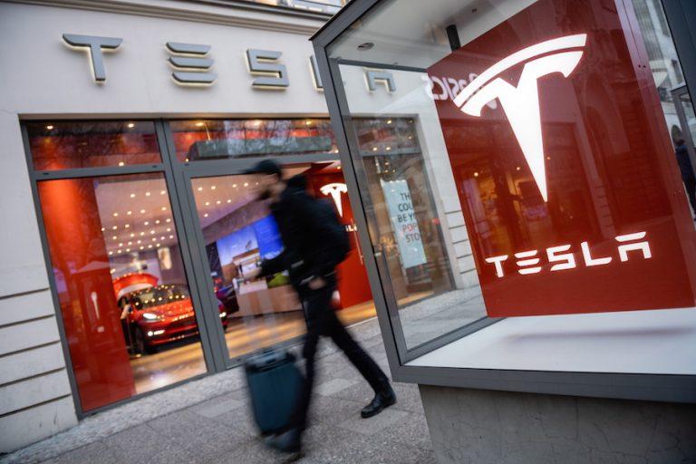 Η Tesla «έσπασε» το φράγμα των 100 δισ. δολαρίων – Το ασύλληπτο μπόνους που θα λάβει ο Έλον Μασκ