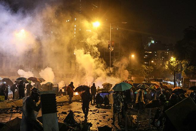 Κλιμάκωση της βίας στο Χονγκ Κονγκ – Αστυνομική επέμβαση στο πολυτεχνείο όπου παρέμεναν οχυρωμένοι οι διαδηλωτές