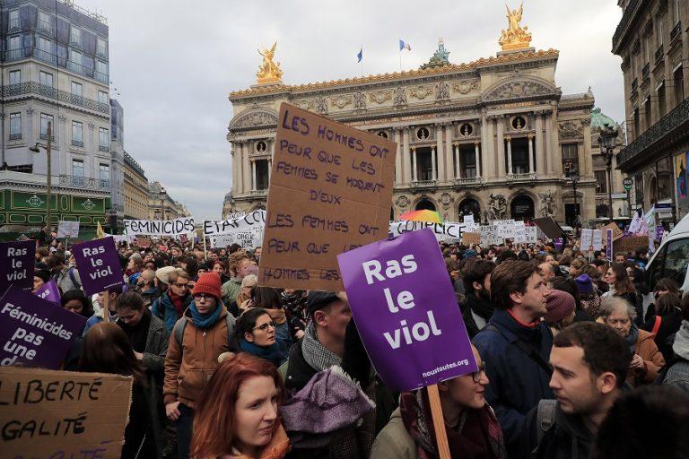 Χιλιάδες άνθρωποι διαδήλωσαν στη Γαλλία για να πουν «όχι» στη βία σε βάρος των γυναικών