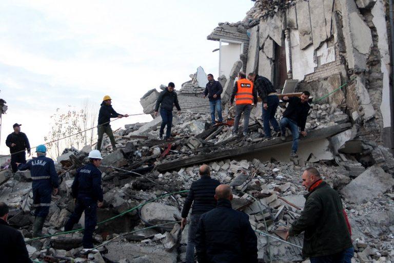 Δραματικές ώρες στην Αλβανία: Μάχη με το χρόνο για τη διάσωση εγκλωβισμένων- Αυξάνεται ο αριθμός των νεκρών