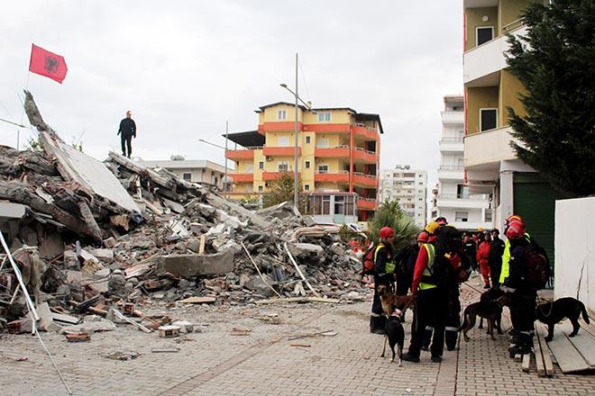 Σαράντα πέντε νεκροί και τουλάχιστον 900 τραυματίες από τον φονικό σεισμό στην Αλβανία