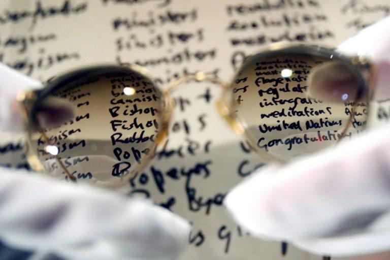 Στο «σφυρί» τα χαρακτηριστικά στρογγυλά γυαλιά του Τζον Λένον