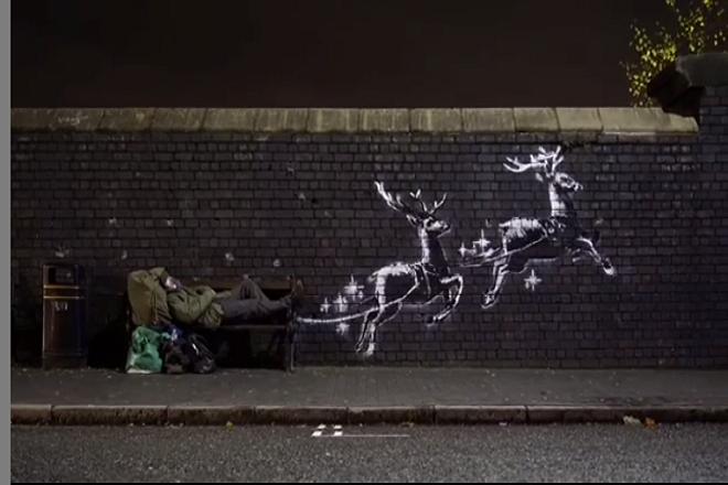 Το συγκινητικό χριστουγεννιάτικο γκράφιτι του Banksy με τον άστεγο «Άγιο Βασίλη»