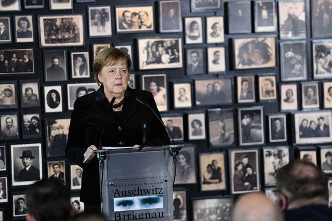 Μέρκελ στο Άουσβιτς: Η μνήμη των ναζιστικών εγκλημάτων είναι αναπόσπαστη από τη γερμανική ταυτότητα