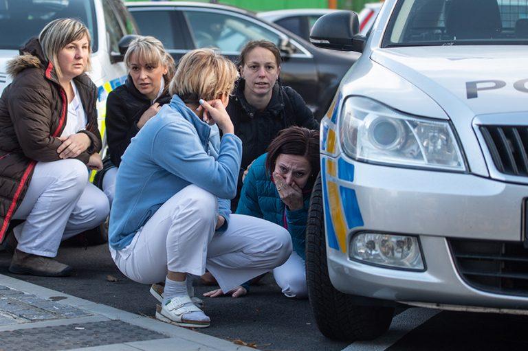 Συγκλονισμένη η κοινή γνώμη στην Τσεχία από την πολύνεκρη επίθεση σε νοσοκομείο