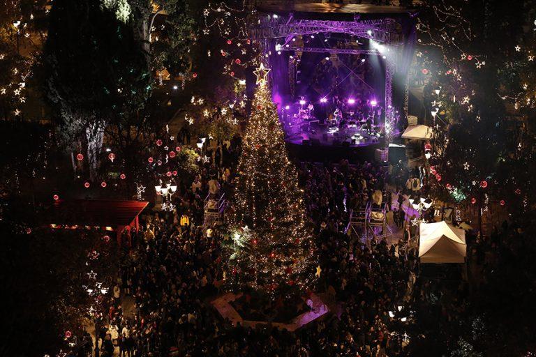 Φωταγωγήθηκε υπό βροχή το χριστουγεννιάτικο δέντρο της πλατείας Συντάγματος (Φωτογραφίες)