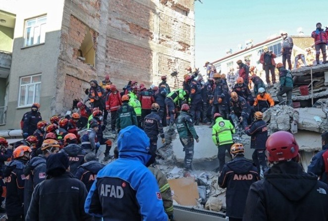 Σεισμός στην Τουρκία: Εικόνες απόλυτης καταστροφής και χάους